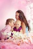 Porträt einer glücklichen Mutter und ihrer Kinder Junge und des Mädchensitzens Lizenzfreies Stockbild