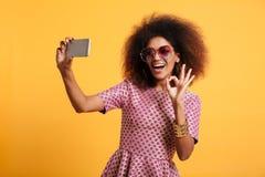 Porträt einer glücklichen netten afroen-amerikanisch Frau Stockbild