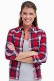 Porträt einer glückseligen Frau mit den Armen kreuzte Lizenzfreies Stockfoto