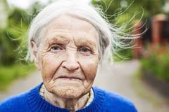 Porträt einer Greisin, die draußen lächelt stockfotografie