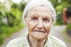 Porträt einer Greisin, die draußen lächelt lizenzfreie stockbilder