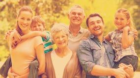 Porträt einer Großfamilie am Park Stockfotos