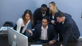 Porträt einer Gruppe gemischtrassiger Geschäftsleute, die bei einer Sitzung zusammenarbeiten stock video