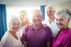 Porträt einer Gruppe Senioren stockfotos