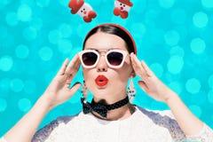 Porträt einer hübschen Frau in der Weihnachtsausstattung Stockfoto