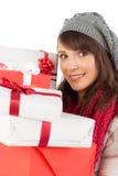 Porträt einer hübschen Frau, die Stapel von Geschenken hält Stockfotos