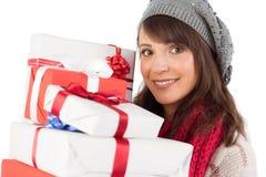 Porträt einer hübschen Frau, die Stapel von Geschenken hält Lizenzfreie Stockfotos