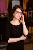 Porträt einer hübschen jungen Geschäftsfrau in einem Einkaufszentrum Stockfoto