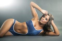 Porträt einer herrlichen Frau im blauen Einzelstückbikini stockfotografie