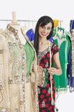 Porträt einer indischen weiblichen Damenschneiderin, die an traditioneller Ausstattung arbeitet lizenzfreie stockfotos