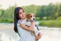 Porträt einer Jugendlichen mit ihrem Hund draußen lizenzfreie stockbilder
