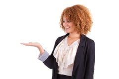 Porträt einer jungen AfroamerikanerGeschäftsfrau, die einiges hält Stockfotografie