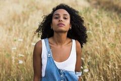 Porträt einer jungen afroen-amerikanisch Frau Stockbilder