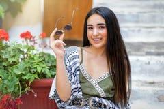 Porträt einer jungen, attraktiven böhmischen Artfrau Lizenzfreies Stockbild