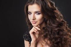 Porträt einer jungen attraktiven Frau mit dem herrlichen gelockten Haar Attraktiver Brunette lizenzfreies stockfoto