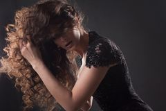 Porträt einer jungen attraktiven Frau mit dem herrlichen gelockten Haar Attraktiver Brunette stockbilder