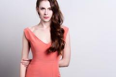Porträt einer jungen attraktiven Frau mit dem schönen langen braunen Haar Lizenzfreie Stockfotografie