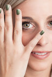 Porträt einer jungen blonden Frau, die ein Auge convering ist Lizenzfreie Stockfotografie