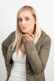 Porträt einer jungen blonden Frau, die einen Kuss sendet Stockbilder