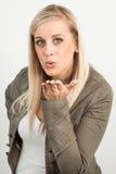 Porträt einer jungen blonden Frau, die einen Kuss sendet Lizenzfreie Stockbilder