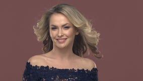 Porträt einer jungen blonden Frau im Make-up stock footage