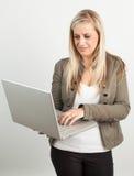 Porträt einer jungen blonden Frau mit einem Laptop Stockfoto