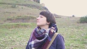 Porträt einer jungen Frau auf einem Hintergrund von einer Berglandschaft und von alten Stadt stock video