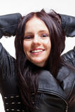 Porträt einer jungen Frau in der Lederjacke Lizenzfreie Stockfotos