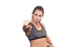 Porträt einer jungen Frau des Athleten mit Pfeife Stockfoto