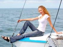 Porträt einer jungen Frau des schönen Lächelns auf der Yacht Stockbilder