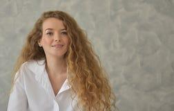 Porträt einer jungen Frau, die in Badewanne legt entspannte Zeit im Badezimmer lizenzfreies stockbild