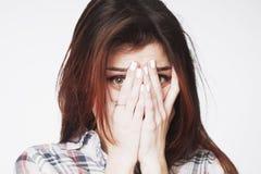 Porträt einer jungen Frau, die in der Furcht schaut, gestikuliert, Körper langua stockbilder