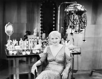 Porträt einer jungen Frau, die in einem Schönheitssalon sitzt (alle dargestellten Personen sind nicht längeres lebendes und kein  stockfoto