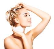 Porträt einer jungen Frau, die ihr Haar wäscht Stockbilder