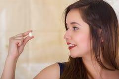 Porträt einer jungen Frau, die in ihrer Hand eine vaginale Tablette der weichen Gelatine oder ein Zäpfchen, Behandlung von Krankh Stockfoto