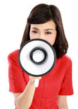 Porträt einer jungen Frau, die mit einem Megaphon schreit Stockfotografie