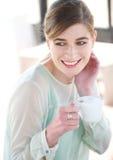 Porträt einer jungen Frau, die Wechselstrom lächelt und genießt Stockbild