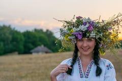 Porträt einer jungen Frau in einem langen Weiß stickte Hemd und Stockbilder