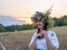 Porträt einer jungen Frau in einem langen Weiß stickte Hemd und Lizenzfreie Stockfotos