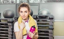 Porträt einer jungen Frau im Fitness-Club Lizenzfreie Stockfotos