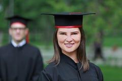 Porträt einer jungen Frau im Graduierungstag Stockbilder