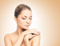 Porträt einer jungen Frau im hellen Make-up lizenzfreie stockfotos
