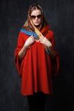 Porträt einer jungen Frau im Schal und in der Sonnenbrille stockbild