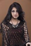 Porträt einer jungen Frau mit dem gelockten/unordentlichen Haar Lizenzfreie Stockfotografie