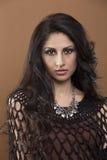 Porträt einer jungen Frau mit dem gelockten/unordentlichen Haar Stockbilder