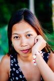 Porträt einer jungen Frau mit dem Lächeln der positiven Haltung Stockbild