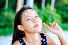 Porträt einer jungen Frau mit dem Lächeln der positiven Haltung Stockbilder