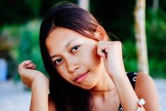 Porträt einer jungen Frau mit dem Lächeln der positiven Haltung Lizenzfreie Stockbilder