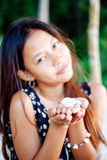 Porträt einer jungen Frau mit dem Lächeln der positiven Haltung Lizenzfreies Stockfoto