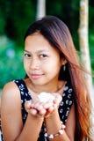 Porträt einer jungen Frau mit dem Lächeln der positiven Haltung Stockfotografie